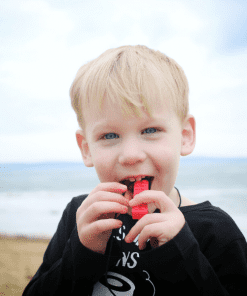 jongen met bijtketting brick stick