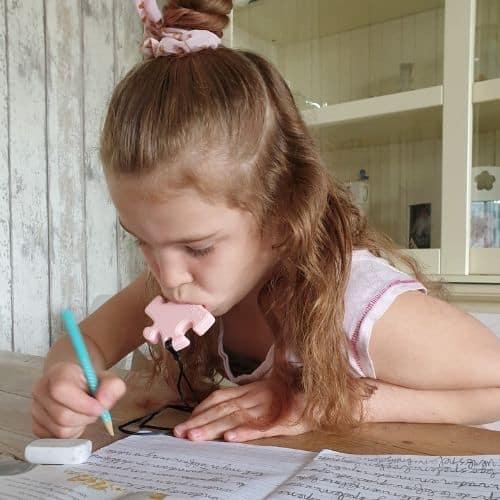 meisje met bijtketting puzzel concentratie