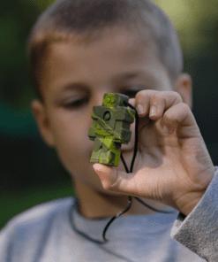 jongen met bijtketting robot