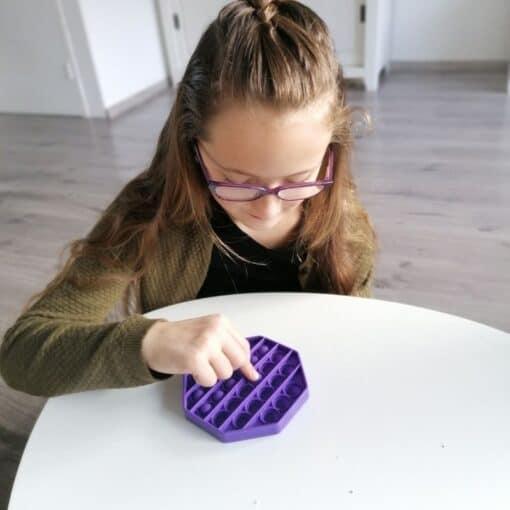 meisje met pop it fidget speelgoed octagon